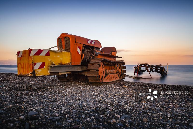 日落 铲子 铲车 旅行的人 沙子 制造机器 水边 工业 旅行 快艇车 日光