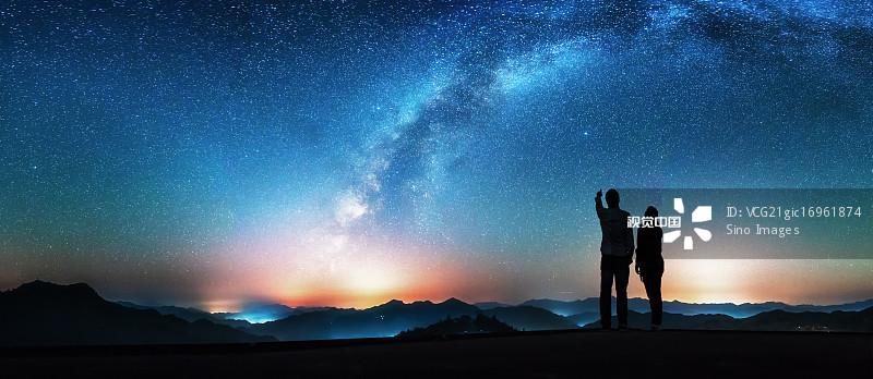 友谊 独处 星空 星系 探索 自然 中国东部 举起手 星云 夜晚 黄山 创造