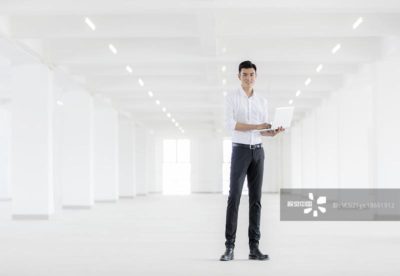 人物-拿着 明亮 人造空间 面部表情 商务 电子商务 表现积极 青年男人