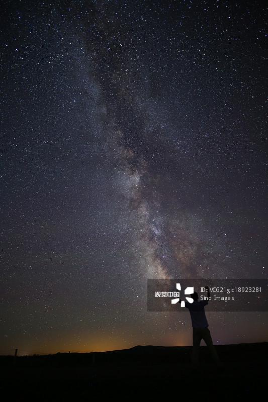 天空 银河系 星空 欢呼 树 夏天 内蒙古 户外 星星 星系 一个人 草原 自