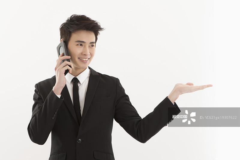 人物-不看镜头 投资 20多岁 露齿笑 手机 青年男人 真实的人 套装 成年