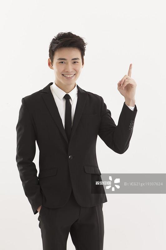 一个青年男人 人物 动作 手势语 看 出示 认真的 亚洲人 手指 男人 微笑