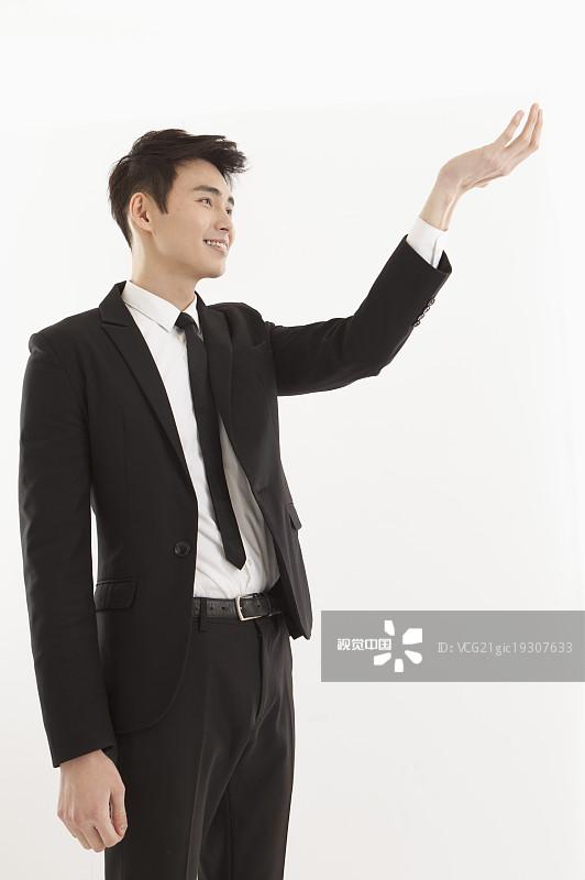 人物-不看镜头 食指 手掌 商务 投资 20多岁 露齿笑 青年男人 站 真实的