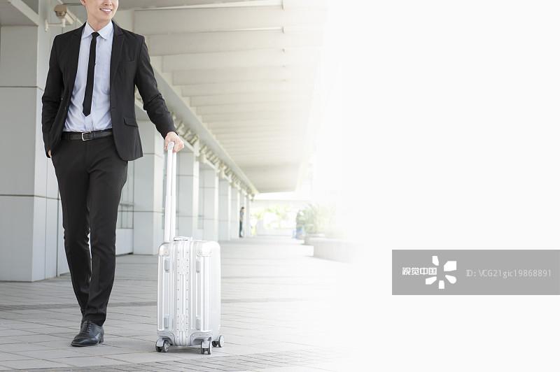 人物-拿着 勇气 投资 镜头眩光 20多岁 金融 侧面 商务旅行 青年男人 露