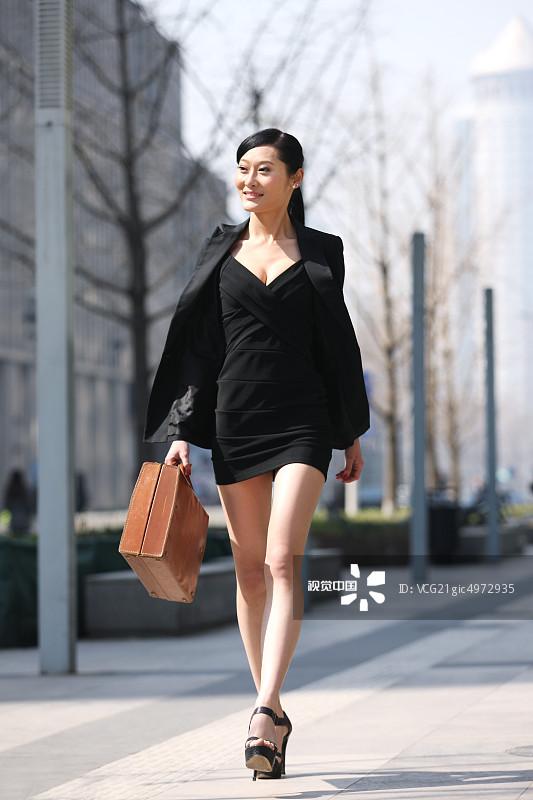 街拍-拿着 人行横道 面部表情 商务 20多岁 运输 个性 女人 套装 仅一个图片