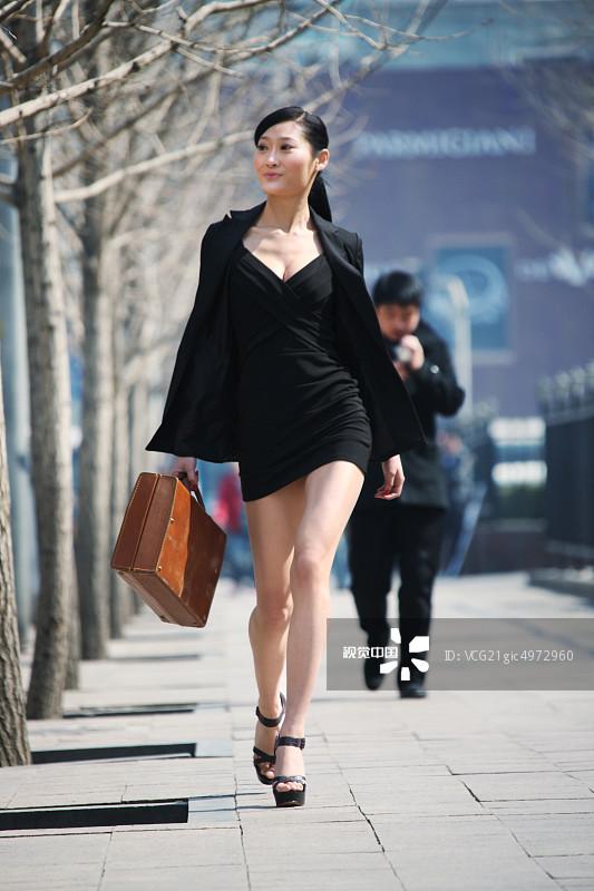 街拍-拿着 人行横道 忙碌 面部表情 商务 女人 20多岁 运输 个性 套装 仅图片