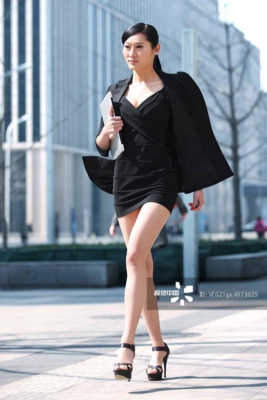 街拍-拿着 人行横道 忙碌 面部表情 20多岁 运输 个性 女人 套装 仅一个图片