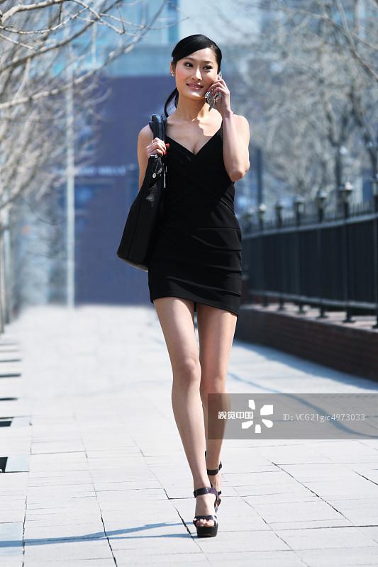 街拍-拿着 人行横道 忙碌 面部表情 商务 20多岁 运输 个性 美女 女人 套图片