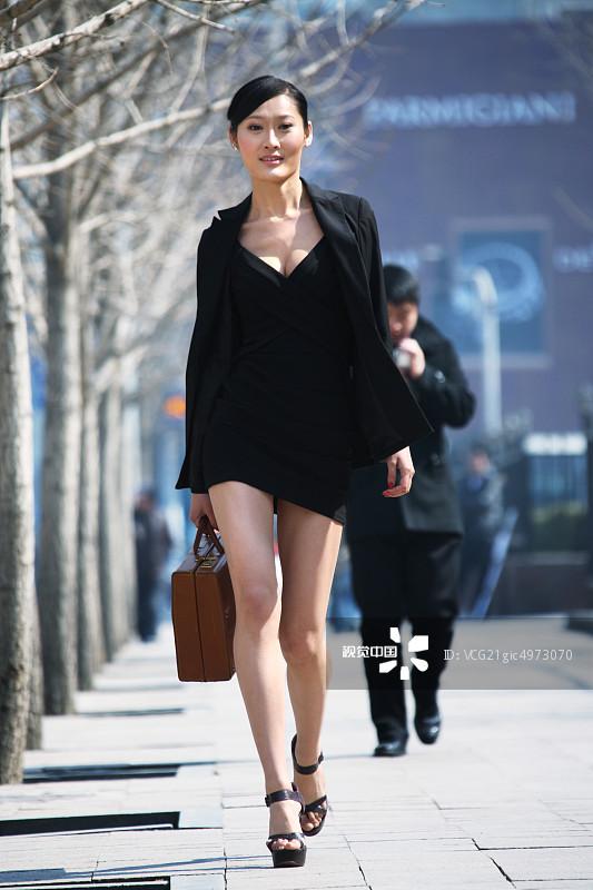 街拍-拿着 人行横道 面部表情 商务 20多岁 运输 个性 一个人 女人 套装 图片