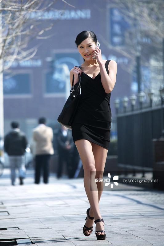 街拍-人行横道 忙碌 东亚 面部表情 手机 20多岁 个性 套装 仅一个女人 图片
