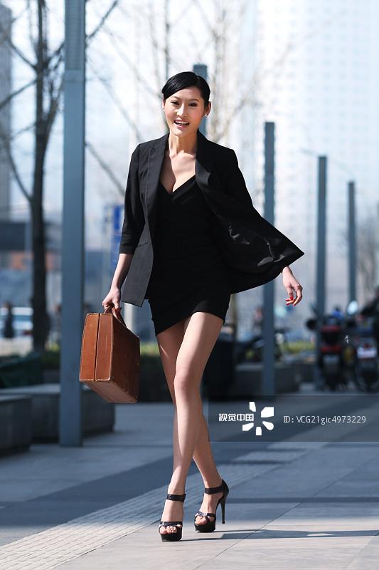 务 20多岁 街拍 运输 个性 女人 套装 仅一个女人 成年人 时尚 都市风图片