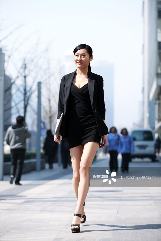 街拍-拿着 人行横道 忙碌 面部表情 商务 20多岁 运输 个性 女人 套装 仅图片