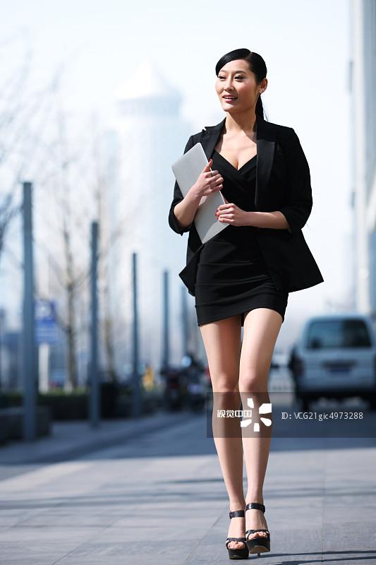 行横道 忙碌 街拍 面部表情 商务 20多岁 运输 个性 女人 套装 仅一个图片