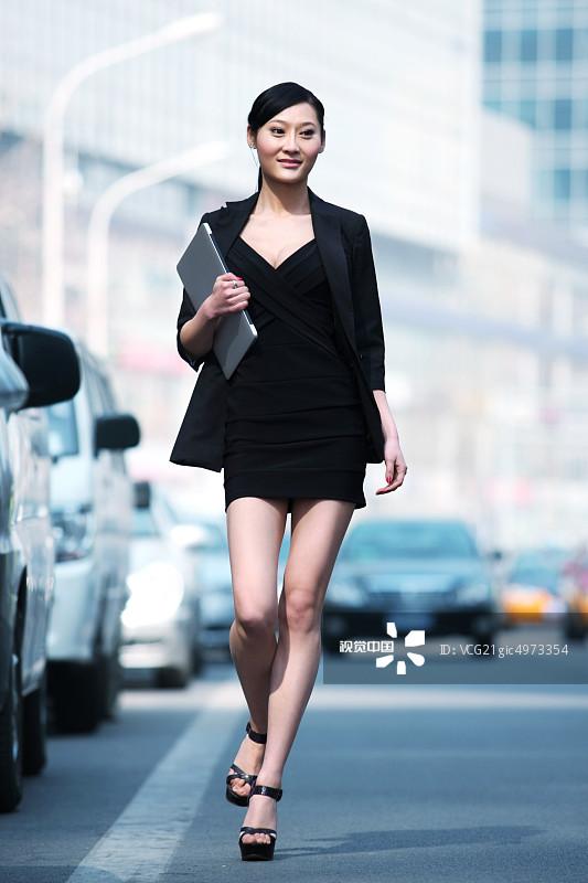 着 人行横道 街拍 忙碌 面部表情 商务 20多岁 运输 个性 女人 仅一个图片