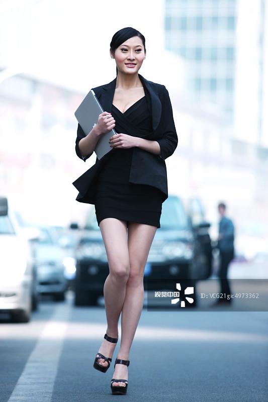 街拍-人行横道 工作 面部表情 20多岁 信心 运输 个性 美女 中国人 仅一图片