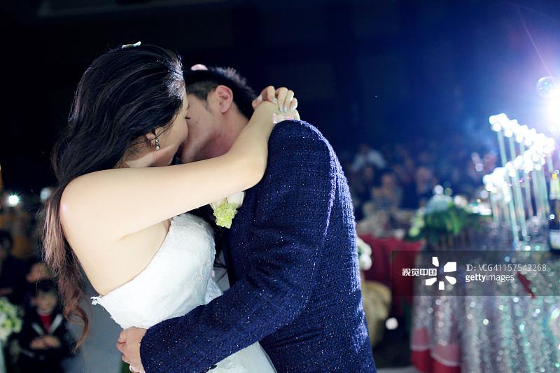 套装 25岁到29岁 搂着肩膀 婚礼 成年人 中国人 人生大事 户外 亲嘴