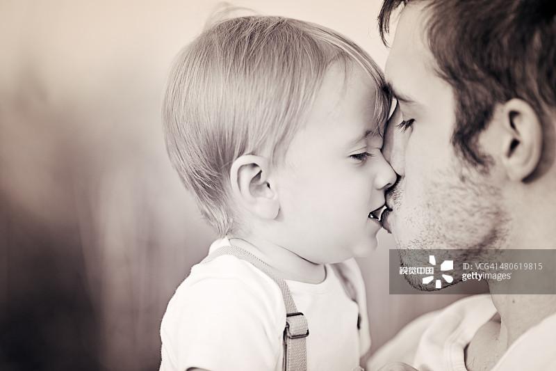 父亲 白人 亲吻 亲嘴 连接 青年人 人 男性 单亲家庭 爱的 男婴 巴伐利亚
