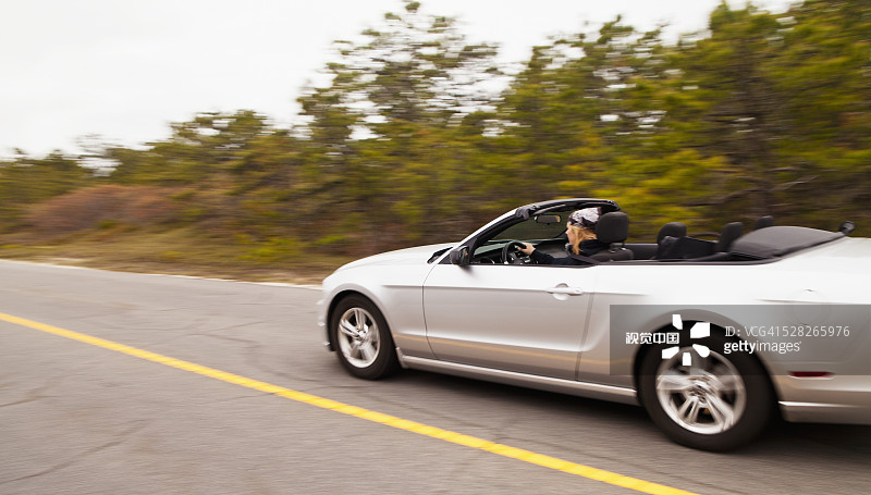 影有关的场景 福特野马 驾车 仅成年人 商务旅行 路标 动物头 人 中年高清图片