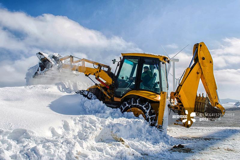 开 人 冬天 铲车 户外 冬季服务 一个人 江原道 寒冷 白人 堆土机