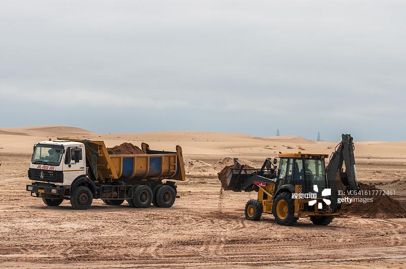 商用车 铲子 铲车 沙丘 沙子 附带的人物 户外 纳米比亚 非洲 海滩 挖掘