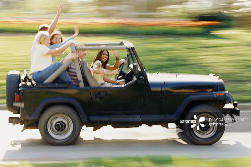 成年人 人群 吉普 白人 女性 路 Y50701 白色人种 坐 男人 四驱车 驾车 高清图片