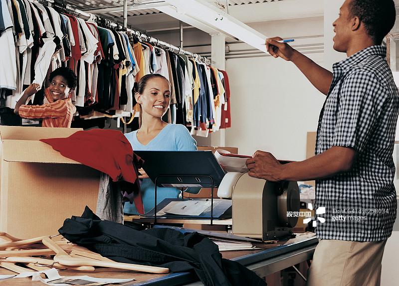 幕后-多种族 售货员 纸盒 小企业 商店 黑色人种 说话 休闲装 服装店 20
