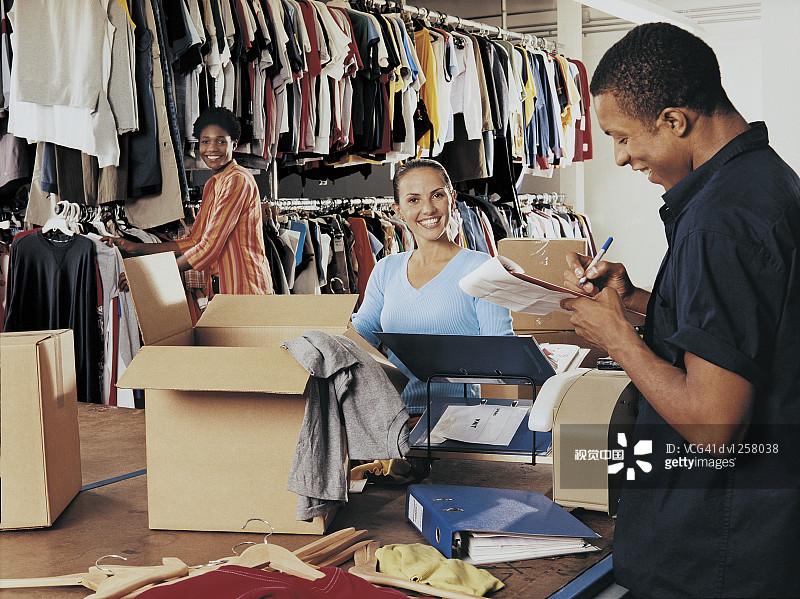 幕后-拿着 多种族 售货员 小企业 肖像 文字 30到39岁 休闲装 服装店 露