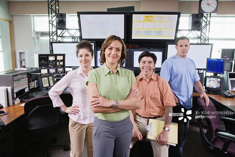 幕后-多种族 拿着 书桌 控制室 拉美人和西班牙裔人 骄傲 专门技术 新闻