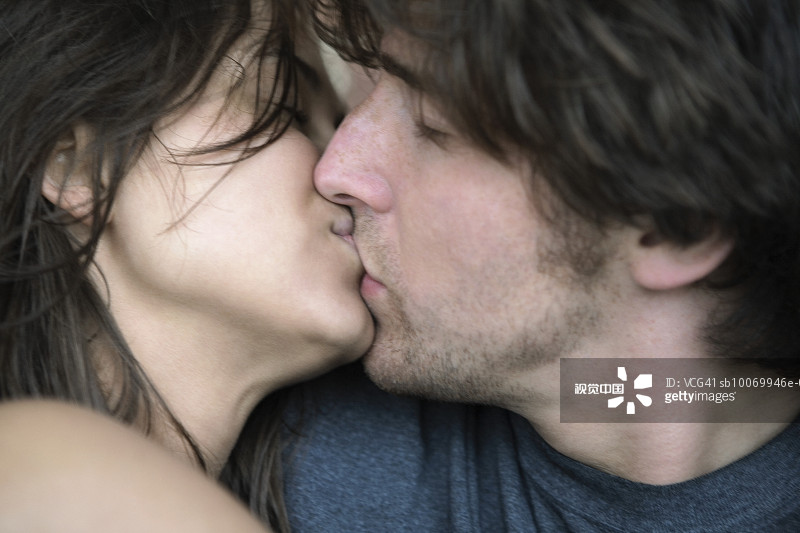 性恋 深情的 亲吻 坠入爱河 亲嘴 女朋友 享乐 连接 仅成年人 青年人