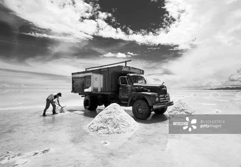 地形 铲子 铲车 旅行的人 工作 成年人 挖掘 干旱地带 旅行 乌尤尼盐沼