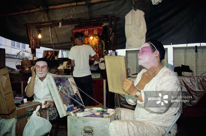 术活动 演员 幕后 档案 成年人 仅男人 装扮 三个人 化妆 平流层 化妆用