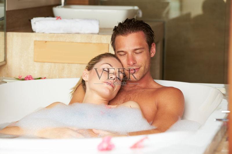 放松 舒服 洗澡 躺 青年人 旅游目的地 快乐 爱 浪漫 室内 青年男人 泡图片