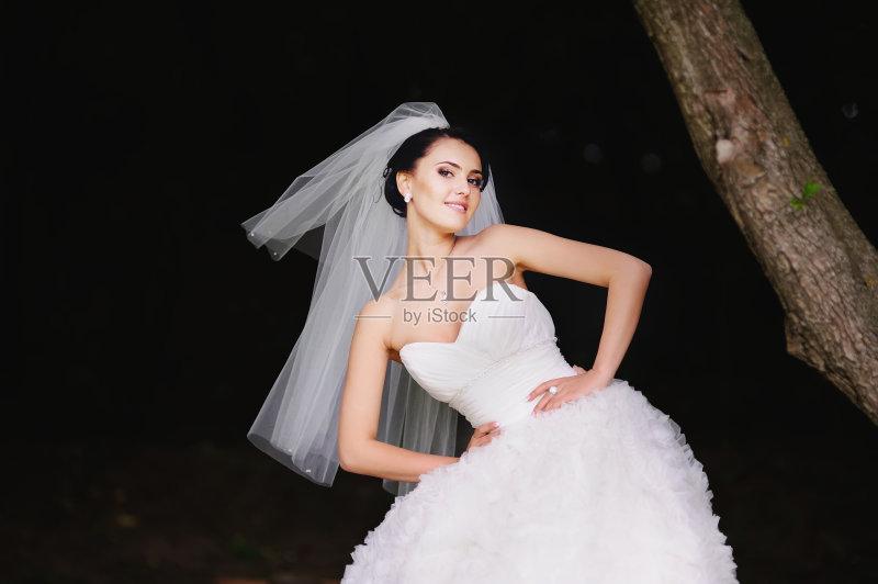 婚礼 美女 新娘 户外 黑发 自然美 时尚 可爱的 性感 美 一个人 仅一个图片