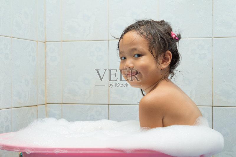 童年 美容 洗澡 儿童 快乐 湿 笑 人体 生活方式 小的 婴儿 月 人的脸部 图片