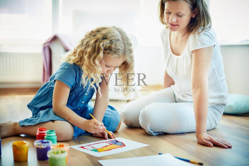 女孩 女人 作画 单身母亲 白人 画画 儿童 教育 女性 小学 室内 学习