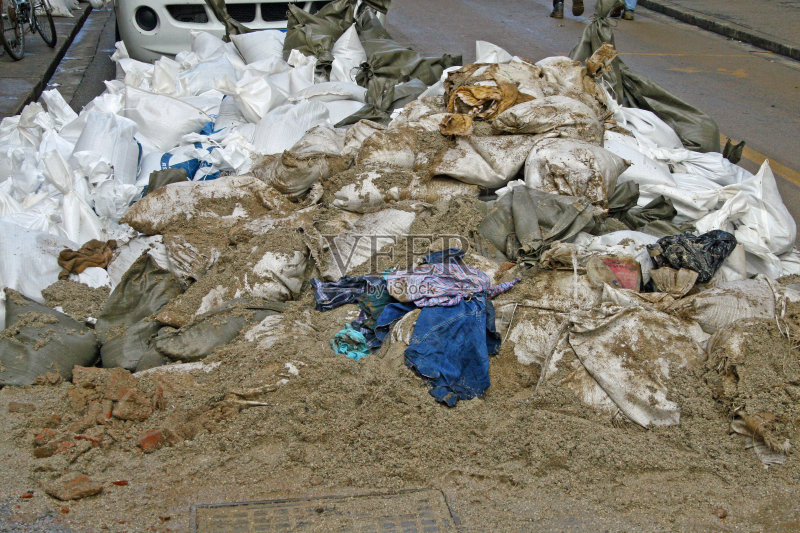 水灾 垃圾填埋场 维琴察 包 收集 垃圾 泥 古老的 循环利用 垃圾筒 毁灭
