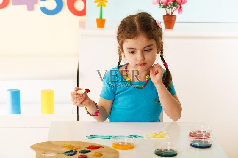 童 住宅内部 作画 仅女孩 儿童 白昼 发辫 教育 女性 小学 生活方式 小