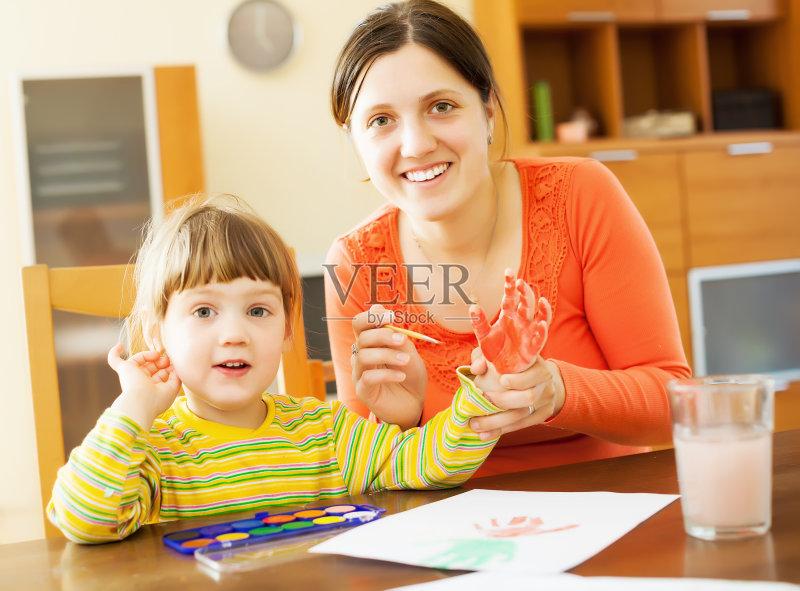 住宅内部 看 作画 手 白人 画画 刷 教育 室内 墨水 母亲 痕迹 幼儿园