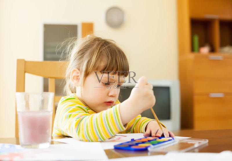 孩 住宅内部 作画 2岁到3岁 画画 儿童 刷 和蔼之人 室内 小的 进行中