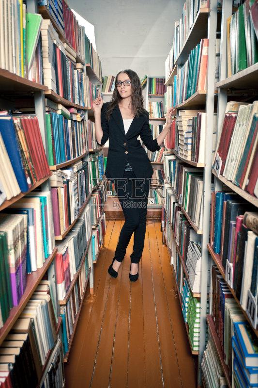 书 站 白人 图书馆 拿着 大学 教育 室内 书 书架 美人 坐 成年人 架子
