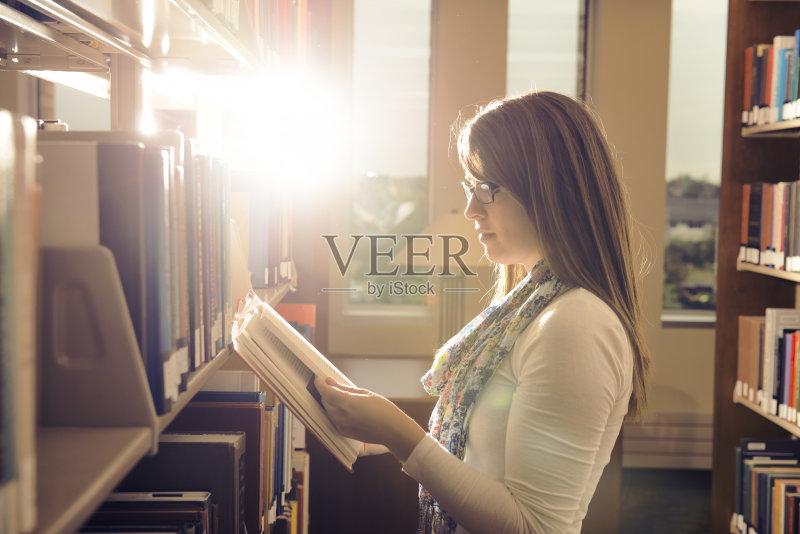 自然 独处 图书馆 白昼 文学 大学 黄昏 教育 女性 生活方式 智慧 开着