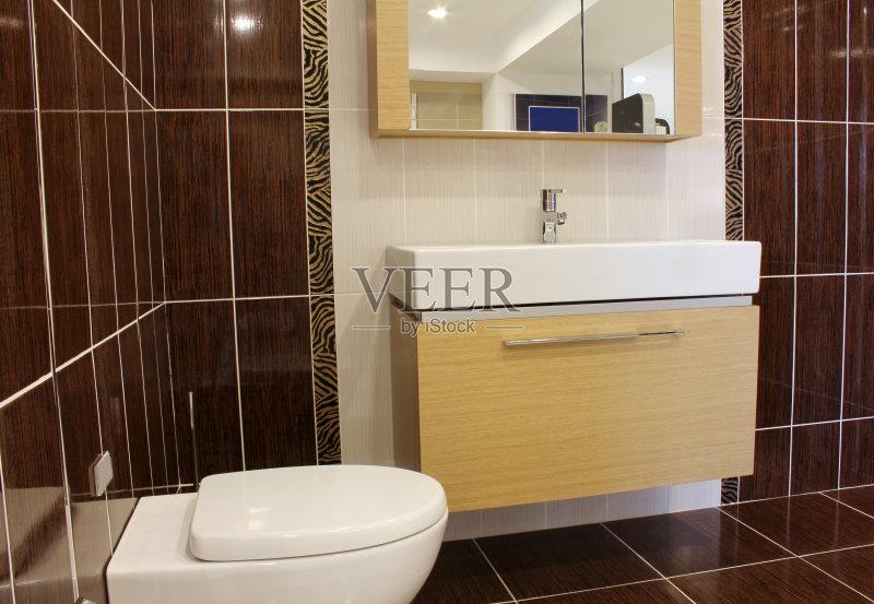 家具 室内 厕所 弯曲 不锈钢 干净 砖地 镜子 金属质感 肥皂 现代 简单 图片