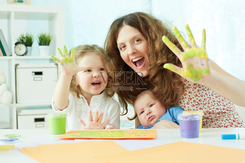 像 住宅内部 作画 迷人 手 单身母亲 男性 白人 儿童 儿童房 女性 欣喜