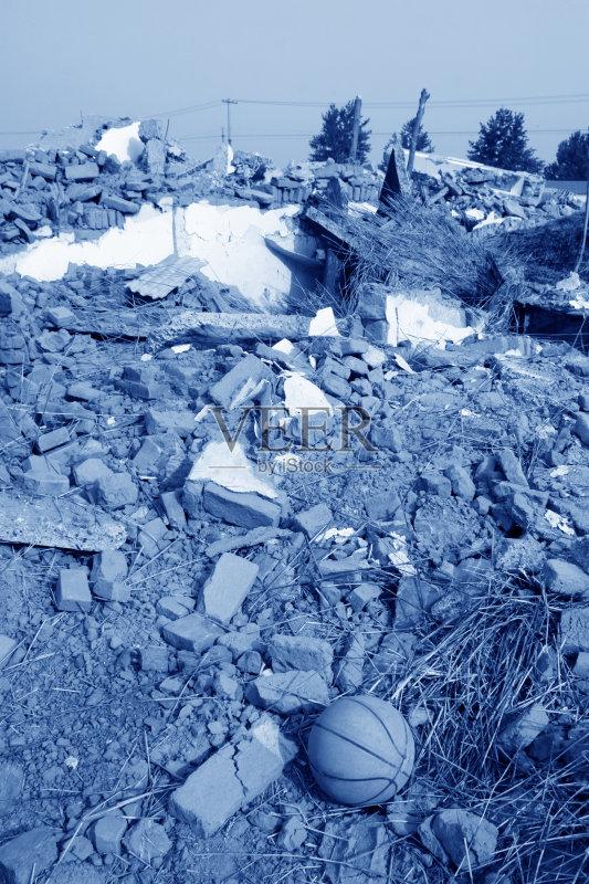 掉的 建筑业 垃圾 暴风雨 陆用车 墙 拆毁的 天空 海啸 龙卷风 谴责 亚