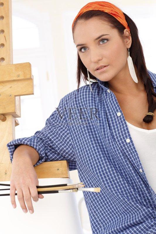 女人 肖像 作画 休闲装 仅女人 站 白人 女性 室内 生活方式 焦点 开领