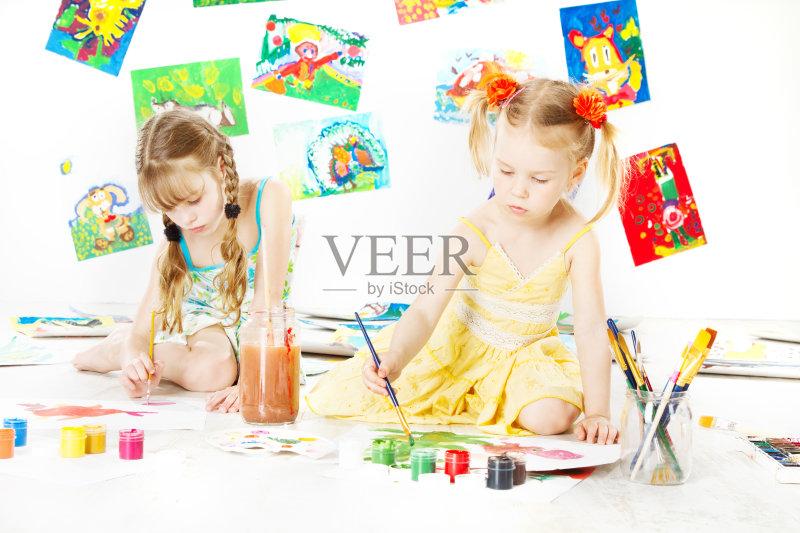 概念和主题 作画 仅女孩 白色背景 白人 儿童 刷 教育 女性 相伴 小的