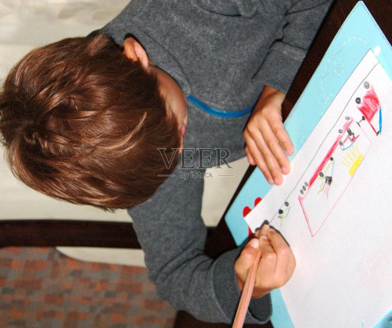 爱好 用右手 作画 未成年学生 凝视 画画 赛车 儿童 棕色头发 忙碌 坐