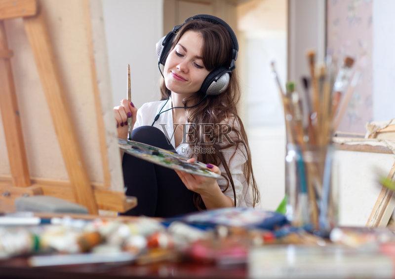 材料 画架 作画 工作室 仅女人 画画 刷 女性 室内 艺术品 不完全的 车