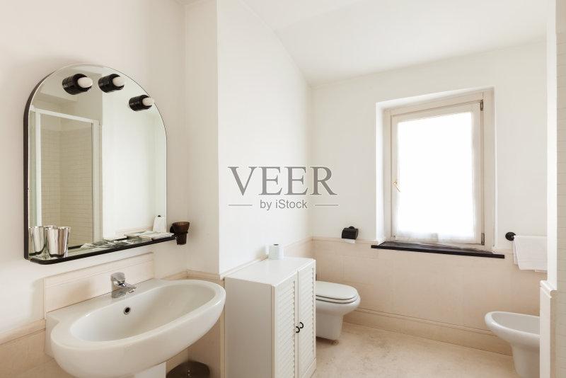室内 新的 厕所 干净 镜子 陶瓷制品 里面 现代 简单 建筑图片