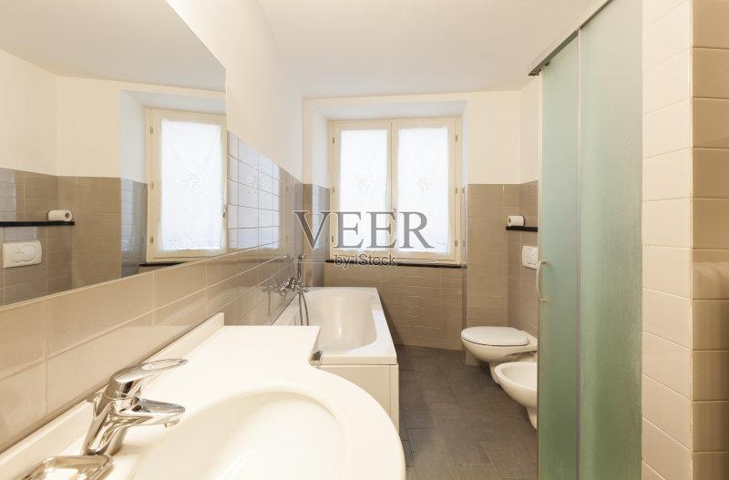 室内 新的 厕所 干净 镜子 陶瓷制品 里面 现代 水龙头 简单 建筑图片